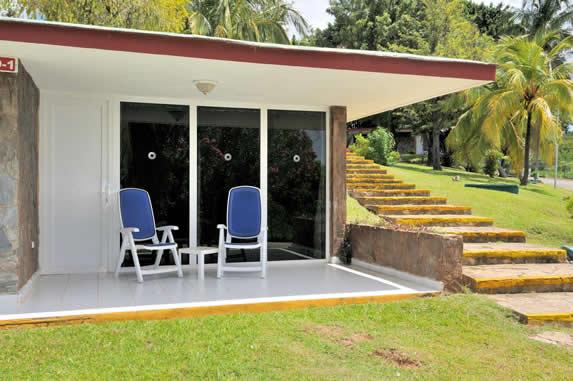 terraza de habitación color blanco con sillas