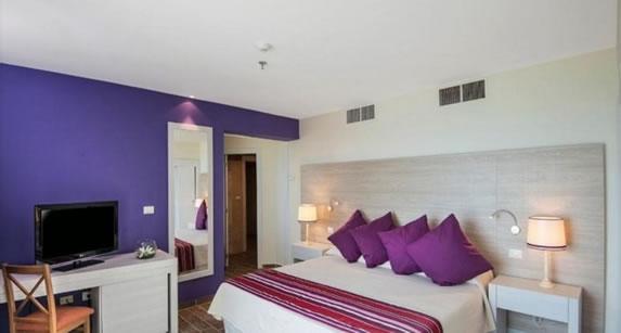 Cama matrimonial en la habitación del hotel