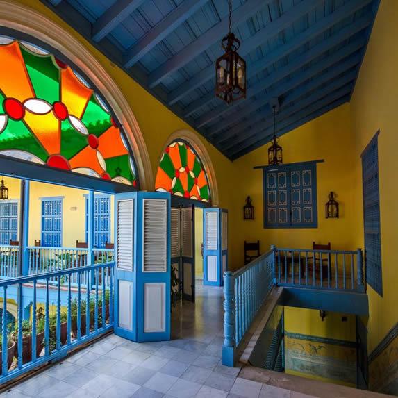 Vista vitrales coloridos en los pasillos del hotel