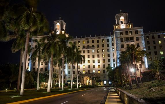 Vista nocturna del hotel Nacional de Cuba