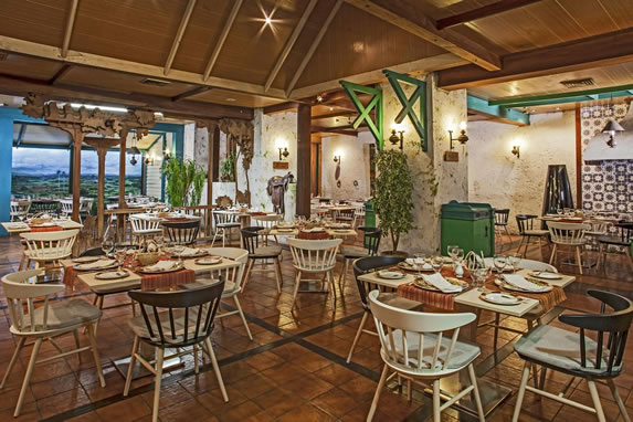 Piso y techo de madera en el restaurante del hotel