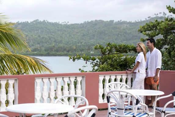 terraza con mobiliario y vista a las montañas